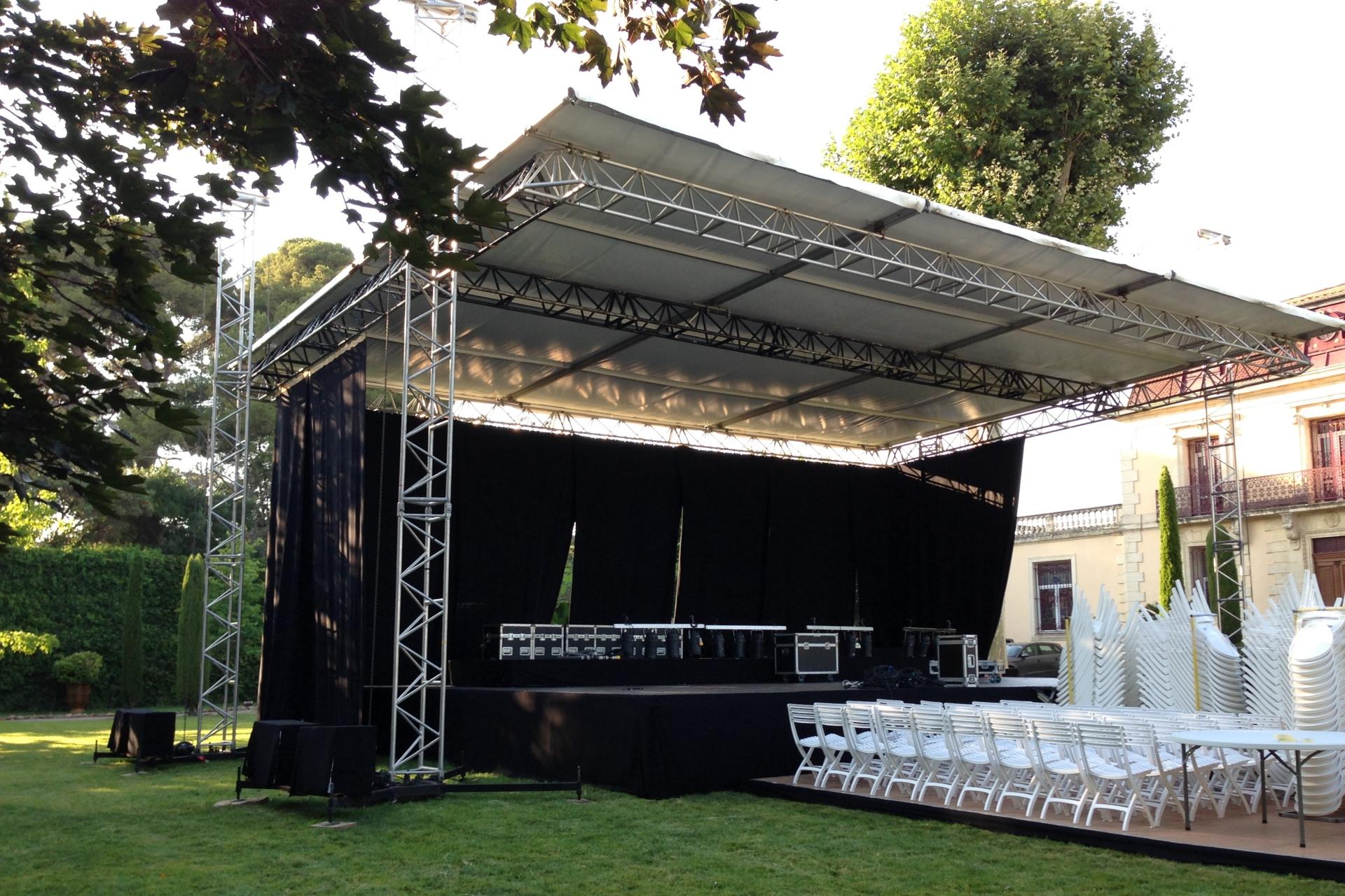 SML - Couverture de scene avec grill scenique et entoilage blanc