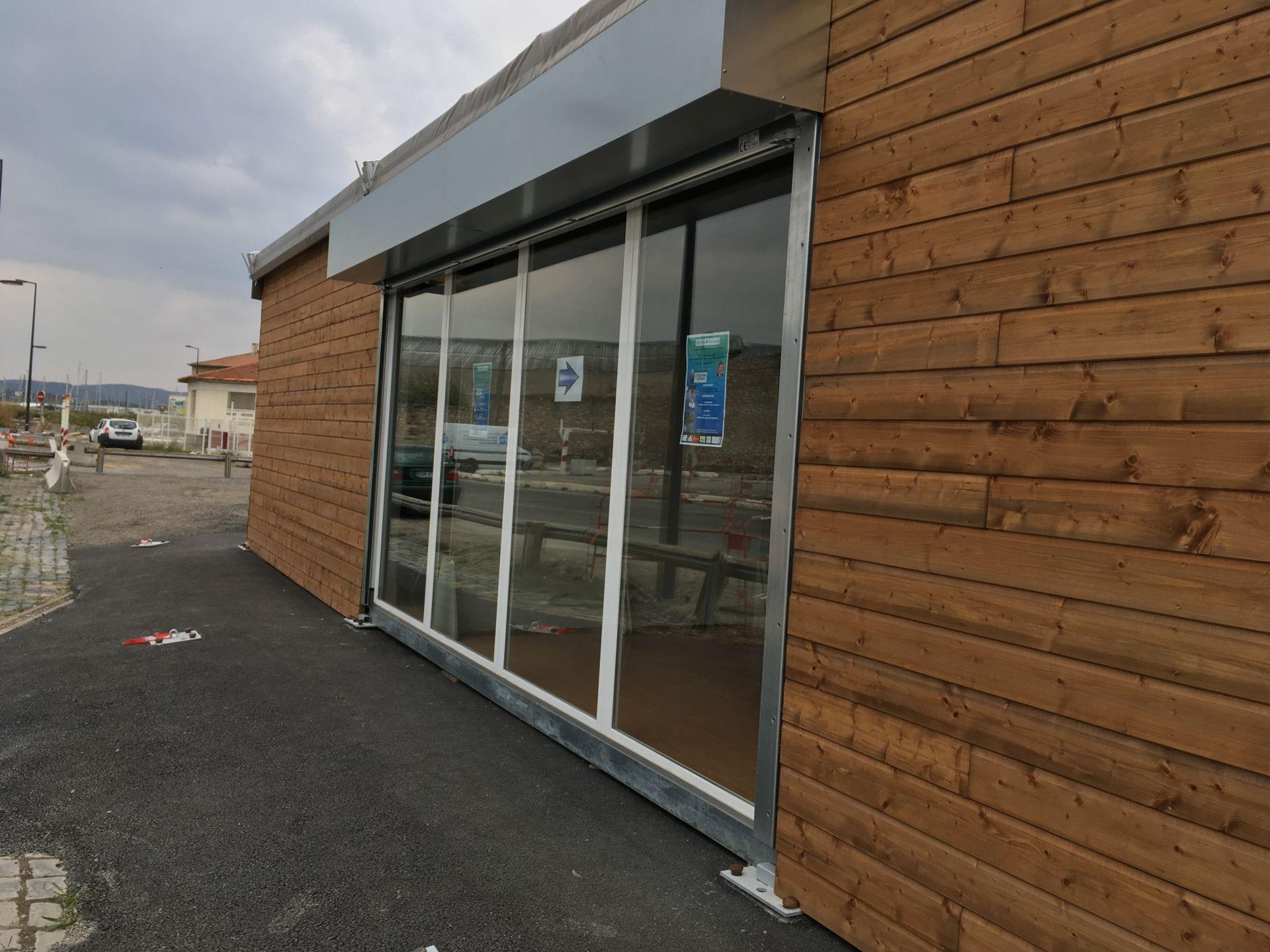 SML - Construction d'une salle polyvalente temporaire - bardage vitré et volets roulants