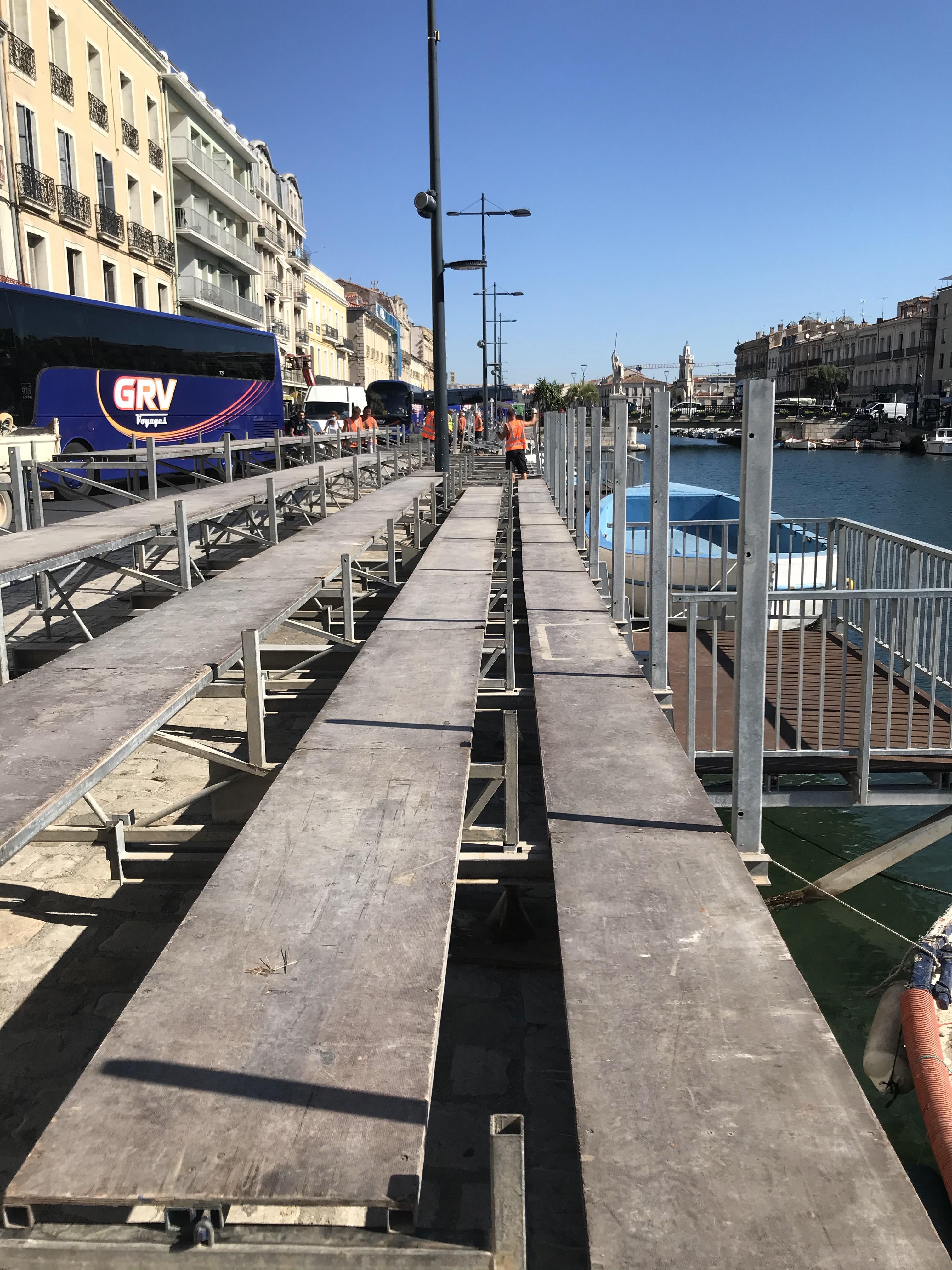 Installation des planchers de la tribune